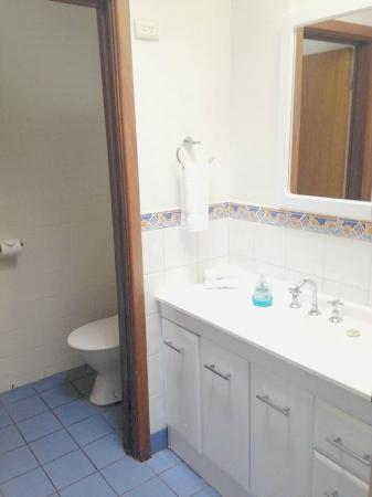 Emu Beach Chalets: Bathroom