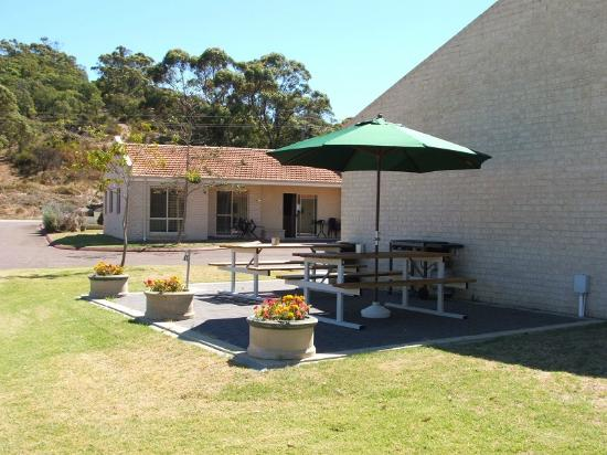 Harbourside Motel: Outdoor BBQ area