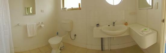 Harbourside Motel: bathroom