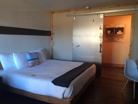 Ashore Hotel: Sliding door to the bathroom was a bit noisy, but looks cool.