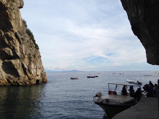 Furore, إيطاليا: Вид на бухту, в ней сохраняется свой микроклимат