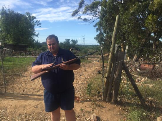Addo, Sydafrika: Ronnie explains his rifle at his own shooting range