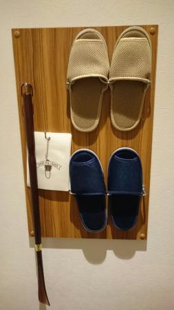 Dormy Inn PREMIUM Sapporo: ドーミーインPREMIUM札幌の部屋にあるスリッパと靴べら