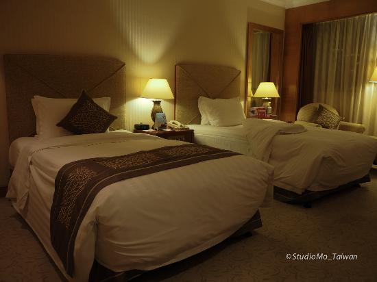 Crowne Plaza Qingdao: 房間比較昏暗,但床很舒服!