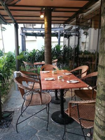 Dorsett Grand Subang: Outdoor dining area