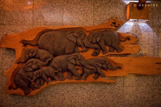Thai Thai Restaurant: elephants