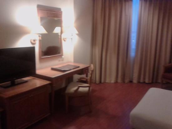 Hotel Sahid Jaya Makassar : fasilitas meja dan TV