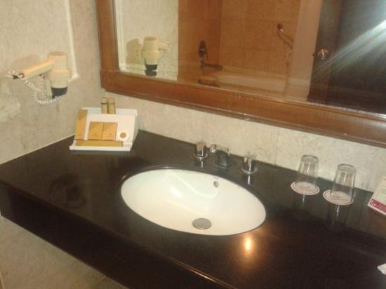 Hotel Sahid Jaya Makassar : wastafel di kamar mandi
