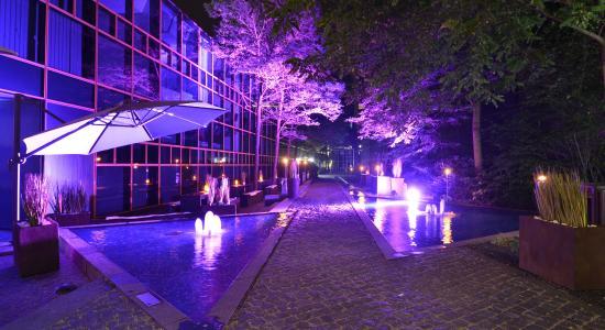 La Trattoria: Beleuchteter Wirtsgarten mit Wasserspiel
