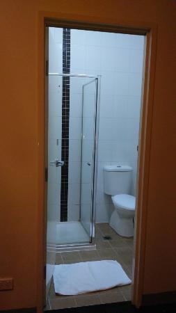 United Backpackers Melbourne: Kamar mandi yang kecil, namun bersih