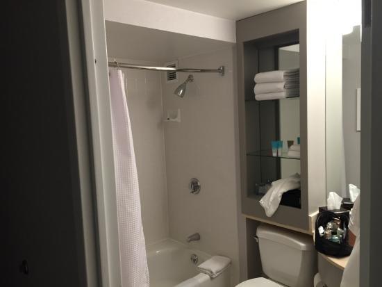 Hyatt Boston Harbor: Bad mit Dusche in der Wanne
