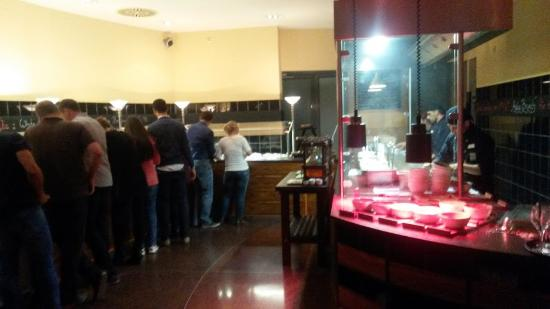 Mongo's Restaurant München: Очередь за едой )