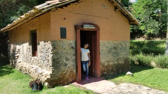 Aracariguama, SP: Capela ao lado da Mina