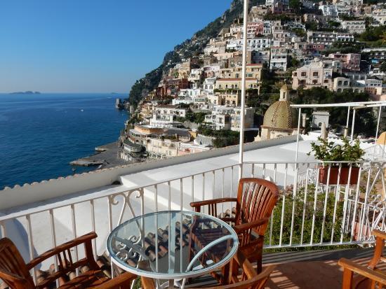 il terrazzo con tavolo e sedie comode con vista su Positano ...