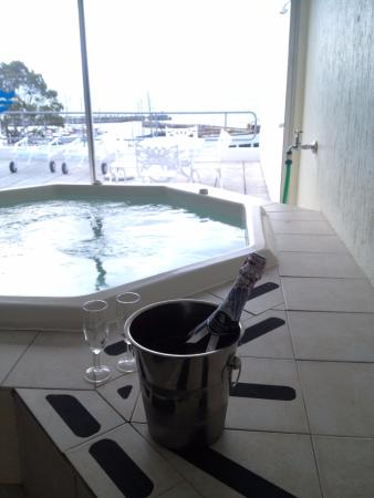 Gordon's Bay, Sudáfrica: Jacuzzi and view of balcony and harbour