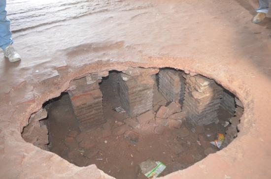 Fatehgarh, India: The water channels under the floor in the chambers