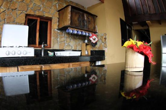 Cabinas Rancho Grande: Granite kitchen tops!