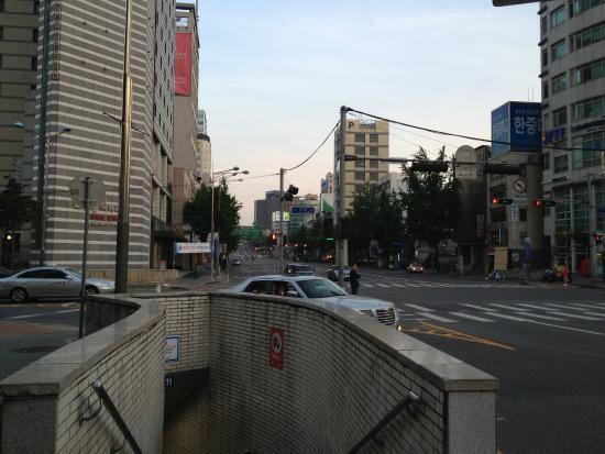 Benikea Hotel Acacia: 左側正面がホテルです。