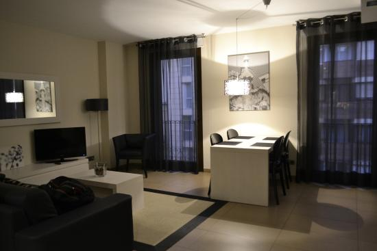 Up Suites Bcn: Living comedor