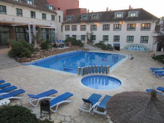 foto de hotel antequera antequera cesped de la piscina