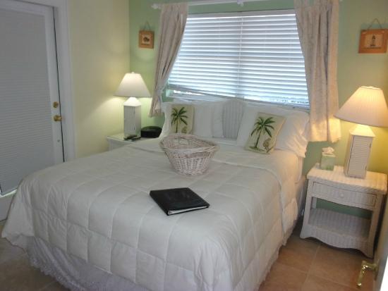 Marco Island Lakeside Inn: Poolside 2-Bedroom 1-Bath Suite