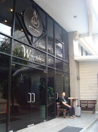 White Palace Bangkok: Sampai hotel langsung foto-foto hahaha...