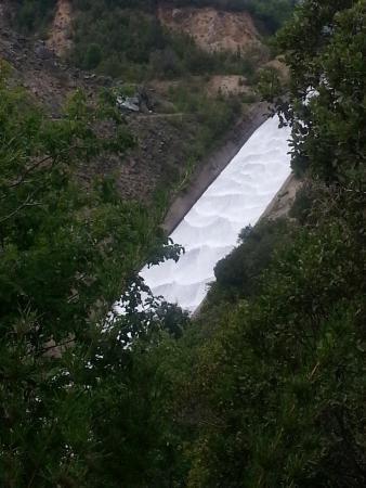 Embalse Bullileo: Caida de agua en el embalse