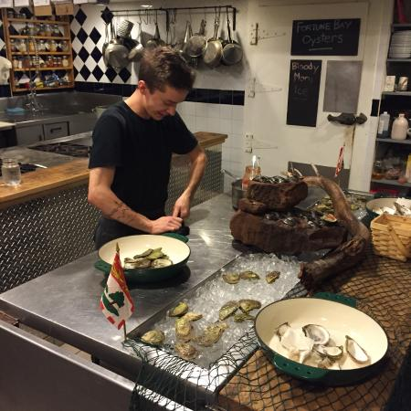 Bay Fortune, Canadá: Chef shucking oysters