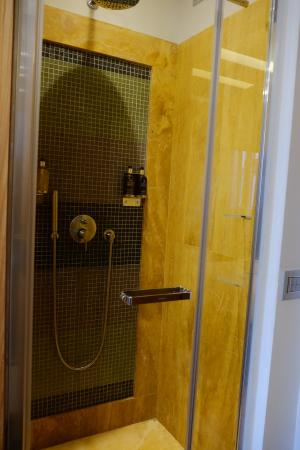 Babuino 181: Awesome shower with hot, strong sprays from either hand-held or rain shower