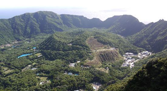 Aogashima-mura, ญี่ปุ่น: 大凸部(おおとんぶ)から見る内輪山「丸山」の眺め。