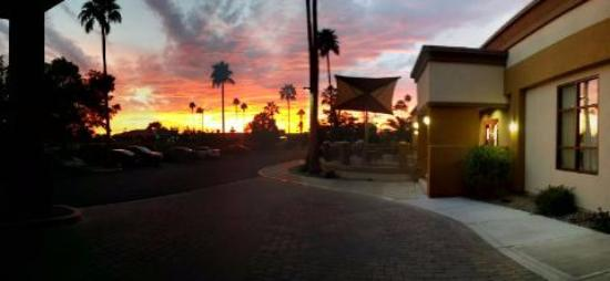 Holiday Inn North Phoenix : lobby driveway