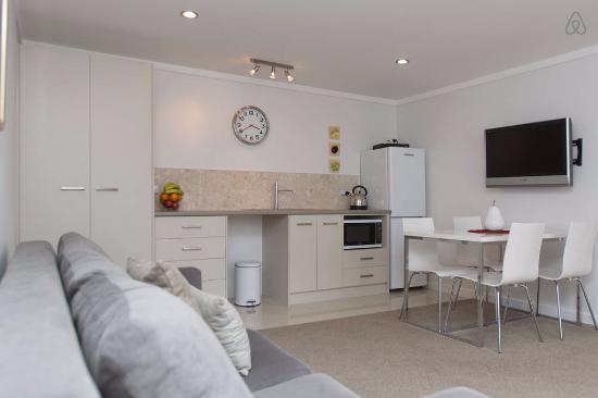 Remuera, Nya Zeeland: Kitchenette & Lounge Room