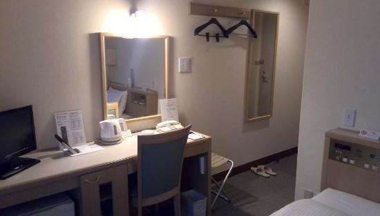 Hotel Arca Torre Roppongi: 廊下の一番奥の部屋はこんな感じ・東京のビジネスホテルとしては広い部屋だと思います。