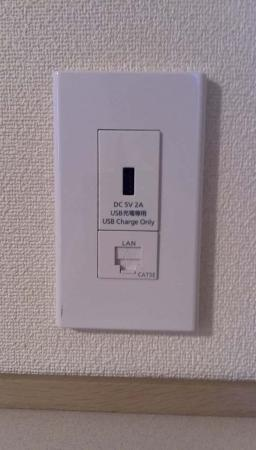 Hotel Arca Torre Roppongi: ベッドの枕元にもUSB充電コンセントがあるので、長めのUSBケーブルを持っていけば充電しながらスマホが使えます。