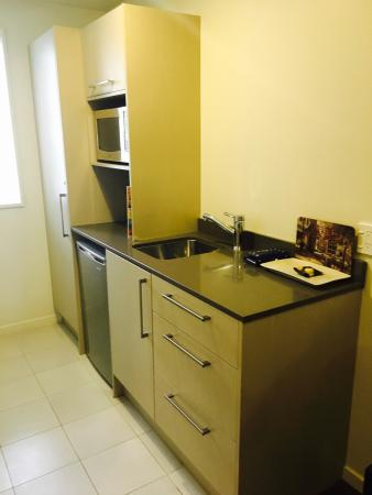 Salerno Motel Apartments: Kitchen area. Bed and spa