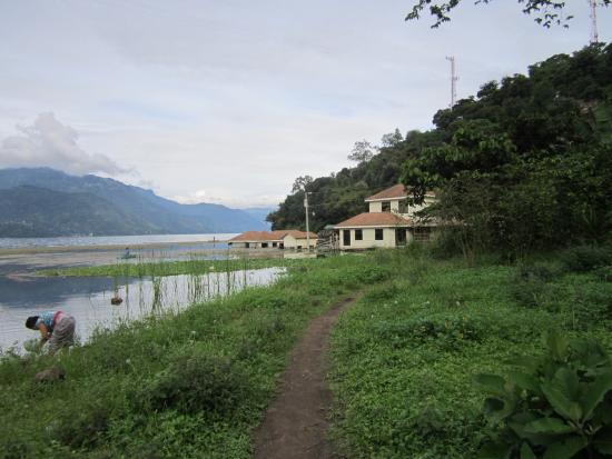 Eco Hotel Uxlabil Atitlan: Path to Village