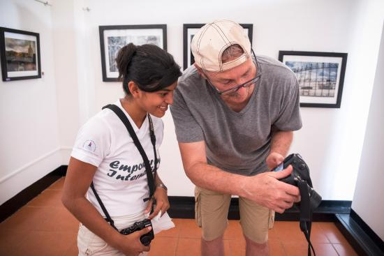 Granada, Nikaragua: reviewing photos in the gallery after a photo walk