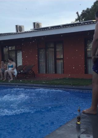 Hotel Cana Brava Inn: Piscina con los amigos