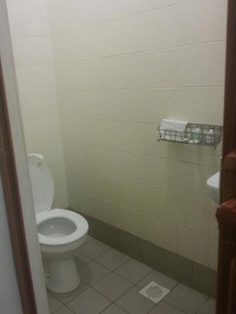LP Hotel Tanjung Malim: Average toilet with NO LOCK form inside
