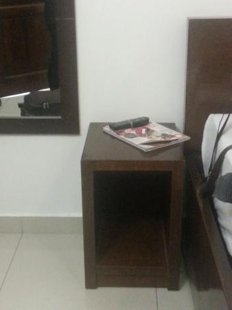 LP Hotel Tanjung Malim: Average side table