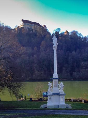 Neuburg am Inn, Allemagne : Blick über den Inn, von Österreich aus, auf das Burgschloss