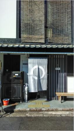 Hannari: Bagian luar hostel