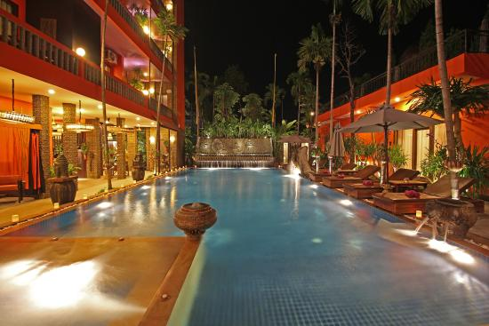 Golden Temple Hotel: Swimming Pool at night time