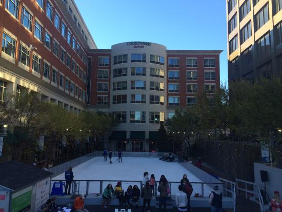 Courtyard Greenville Downtown : The Ice Skating rink