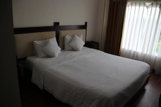 Vina Hotel Hue: Un detalle de una de ls camas. la habitación tenía dos.