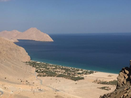 Zighy Bay, Oman : Amazing view of the hotel as you come up over the mountain on the drive in