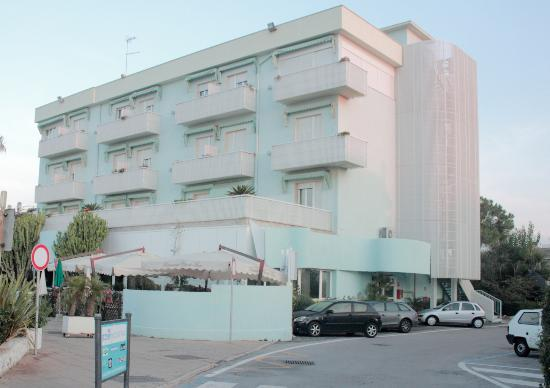 Hotel Pino Al Mare: View of the hotel from the road