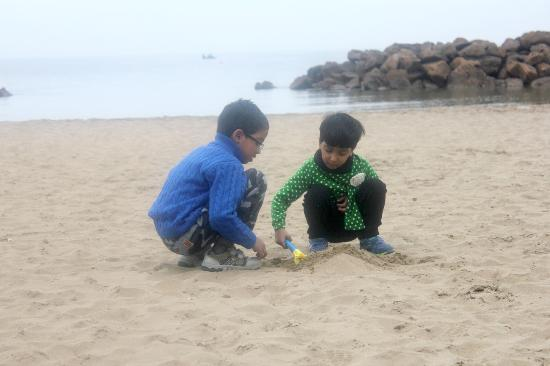 Hotel Pino Al Mare: Kids playing in the beach