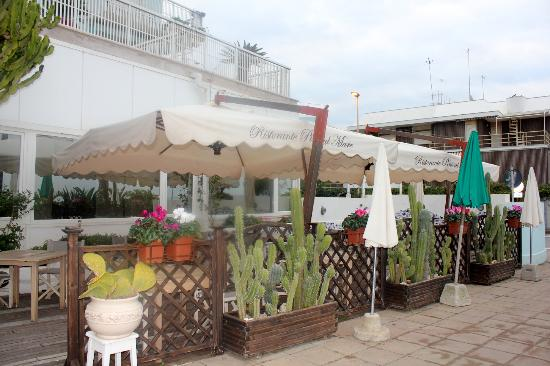 Hotel Pino Al Mare: View of restaurant from the road