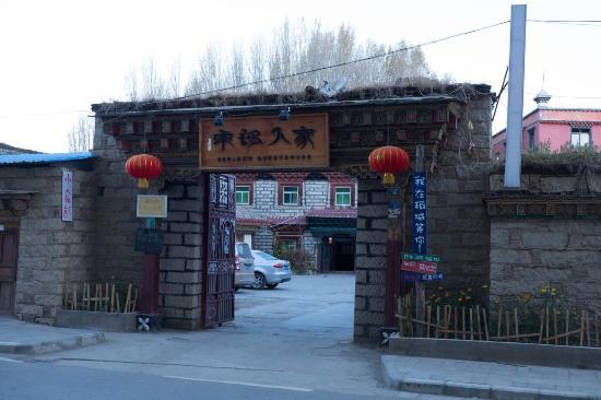 Daocheng Drolma's Guest House: ด้านหน้า Guest House